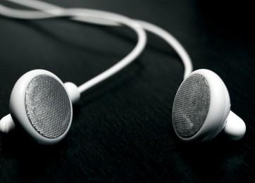 apple_inc_ipod_earphones_headphones_head_phones_desktop_1680x1050_wallpaper-163119
